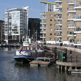 Lavabo de Limehouse en el centro de Londres, bahía privada para los barcos y los yatches y planos con la opinión de Canary Wharf Fotos de archivo libres de regalías
