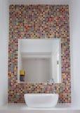 Lavabo del cuarto de baño con las tejas de mosaico y la inserción de cristal coloridas del espejo en las tejas imágenes de archivo libres de regalías