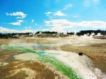Lavabo del géiser en parque nacional de piedra amarillo imagenes de archivo