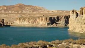 Lavabo del lago con las dunas y las montañas de arena del desierto almacen de metraje de vídeo