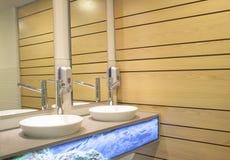 Lavabo intérieur et mur en bois d'une salle de bains Image libre de droits