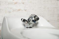 Lavabo moderne de salle de bains avec le robinet de chrome Images libres de droits