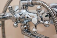 Lavabo moderne de salle de bains avec le robinet de chrome Image libre de droits