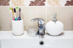 Lavabo moderne de salle de bains avec le robinet de chrome Photographie stock libre de droits