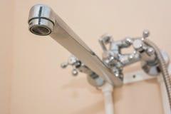 Lavabo moderne de salle de bains avec le robinet de chrome Images stock
