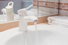 Lavabo moderne de valve de robinet Photographie stock libre de droits
