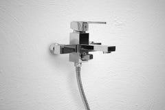 Lavabo moderno del cuarto de baño con el grifo del cromo Fotografía de archivo