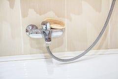 Lavabo moderno del cuarto de baño con el grifo del cromo Foto de archivo libre de regalías