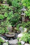 Lavabo sintoísta de piedra del monumento y del agua Imagen de archivo libre de regalías