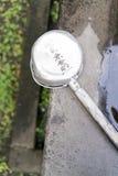 Lavabo y cucharón de piedra del agua en la capilla sintoísta en Tokio, Japón Fotos de archivo libres de regalías