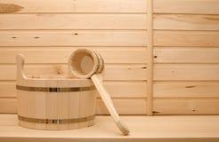 Lavabo y cuchara de un árbol para un baño Imagenes de archivo