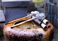Lavabo y tazas budistas del agua Foto de archivo