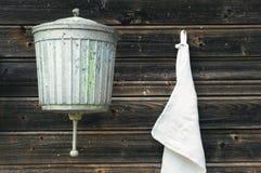 Lavabo y toalla viejos Imágenes de archivo libres de regalías