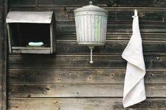 Lavabo y toalla viejos Fotos de archivo