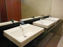 lavabos en retrete plublic Foto de archivo