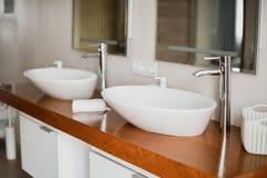 Lavabos ?l?gants modernes avec des robinets de chrome Mode de vie de luxe E photos stock