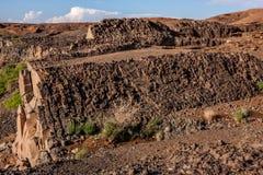 Lavadagzomende aardlagen op de helling van de vulkanische krater van Al Wahbah, Saudi-Arabië stock afbeelding