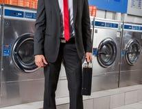 Lavadero de Holding Suitcase In del hombre de negocios Foto de archivo