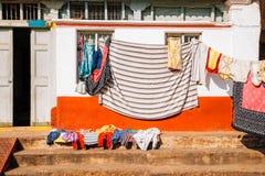 Lavadero de la casa y de la ejecución en Mysore, la India Foto de archivo