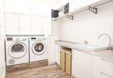 Lavadero en estilo moderno con la secadora wasing y fotos de archivo libres de regalías
