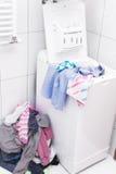 Lavadero sucio en el cuarto de baño Fotos de archivo libres de regalías