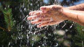 Lavado de la mano Agua en un ambiente natural almacen de video