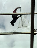 Lavado de la ventana, trabajos extremos Fotografía de archivo
