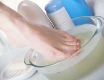 Lavado de una pierna femenina Foto de archivo libre de regalías