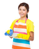 Lavado del ama de casa los platos con los guantes plásticos Fotos de archivo