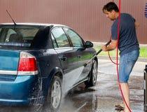 Lavado del coche usando el agua de alta presi?n fotografía de archivo