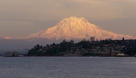 Lavado del norte de Tacoma del sonido del Mt Rainier Sunset Cascade Range Puget imagenes de archivo
