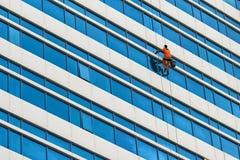 Lavado industrial del escalador las ventanas del rascacielos foto de archivo libre de regalías