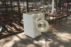 Lavadora blanca abandonada del vintage en garaje al aire libre del estudio del jardín del patio trasero de la yarda de desperdici imágenes de archivo libres de regalías