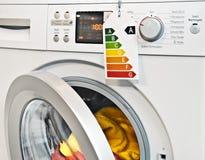 Lavadora con la etiqueta del rendimiento energético Imagenes de archivo