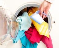 Lavadora con ropa colorida Imagenes de archivo