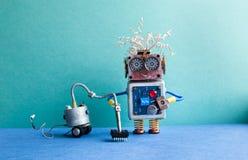 Lavadora del robot de la máquina del aspirador Automatice el concepto del servicio de habitación de limpieza Cyborg creativo del  Fotos de archivo