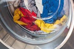 Lavadora por completo de la ropa sucia Imagen de archivo