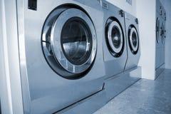 Lavadoras en lavandería comercial Fotografía de archivo