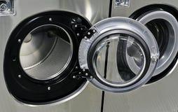 Lavadoras industriales en una lavandería pública Imagen de archivo libre de regalías