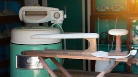 Lavadoras viejas del vintage, máquina eléctrica del secador, tablero que plancha del lavadero en lavadero y tienda del negocio de imágenes de archivo libres de regalías