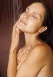 Lavados de la muchacha en la ducha imagen de archivo