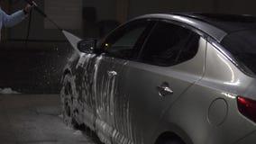 Lavados de la muchacha un coche almacen de metraje de vídeo