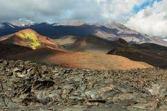 Lavafält på den Tolbachik vulkan, efter utbrott i 2012 på bakgrund Plosky och den Ostry Tolbachik vulkan, Klyuchevskaya fotografering för bildbyråer