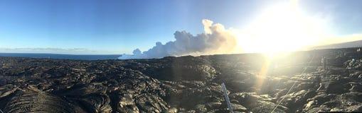 Lavaflöde från vulkan in i den stora ön Hawaii för hav arkivfoton