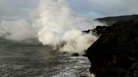 Lavaflöde in i havet på Hawaii stock video
