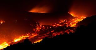 Lavaflöde i rörelse på den Etna vulkan från den aktiva centrala krater Royaltyfri Foto