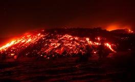 Lavaflöde på att få utbrott för Etna vulkan royaltyfri foto