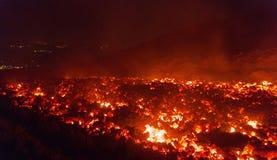 Lavaflöde på att få utbrott för Etna vulkan royaltyfri bild