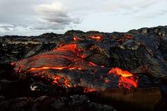 Lavafluss und Wolken Hawaiis Kilauea lizenzfreie stockbilder