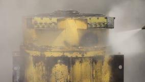 Lavage à haute pression dans l'usine le travailleur nettoie le moteur de camion lavage à haute pression clips vidéos